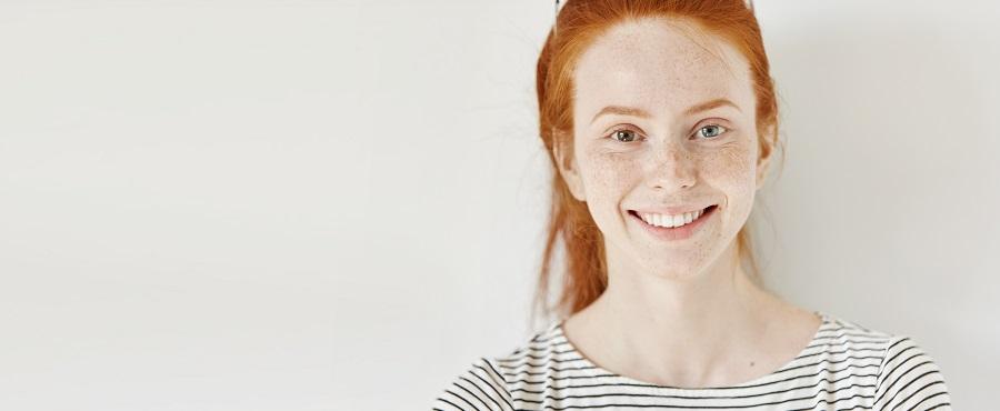Ruda dziewczyna z dwoma różnymi kolorami oczu