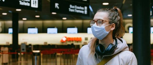 Kobieta w maseczce ochronnej i w zaparowanych okularach korekcyjnych