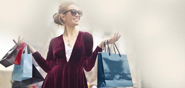 kobieta w okularach przeciwsłonecznych na zakupach