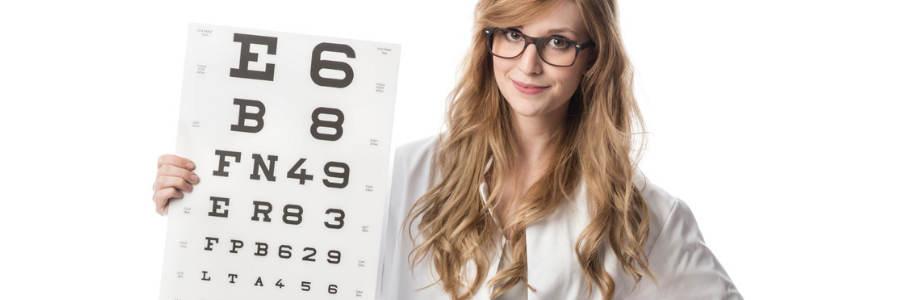 Optyk z Tablicą Snellena do badania wzroku